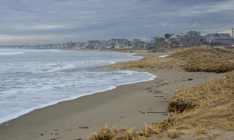 Bãi biển Wells, nơi các chuyên gia thu thập mẫu vật về chất bẩn lạ. Ảnh: Flickr.