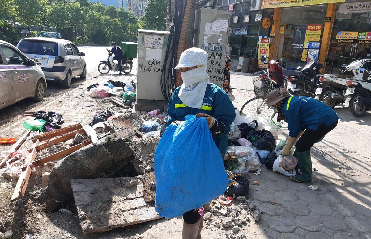 Nhiều công nhân môi trường ở quận Nam Từ Liêm vẫn đang bị nợ lương. Ảnh: T.Đ.