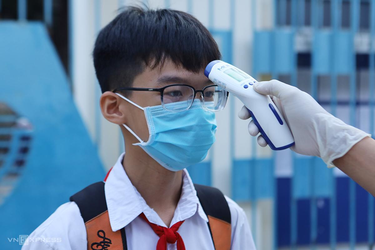 Thí sinh đo thân nhiệt trước khi vào hội đồng thi tuyển lớp 10 ở Khánh Hòa, hôm 4/6. Ảnh: Xuân Ngọc.