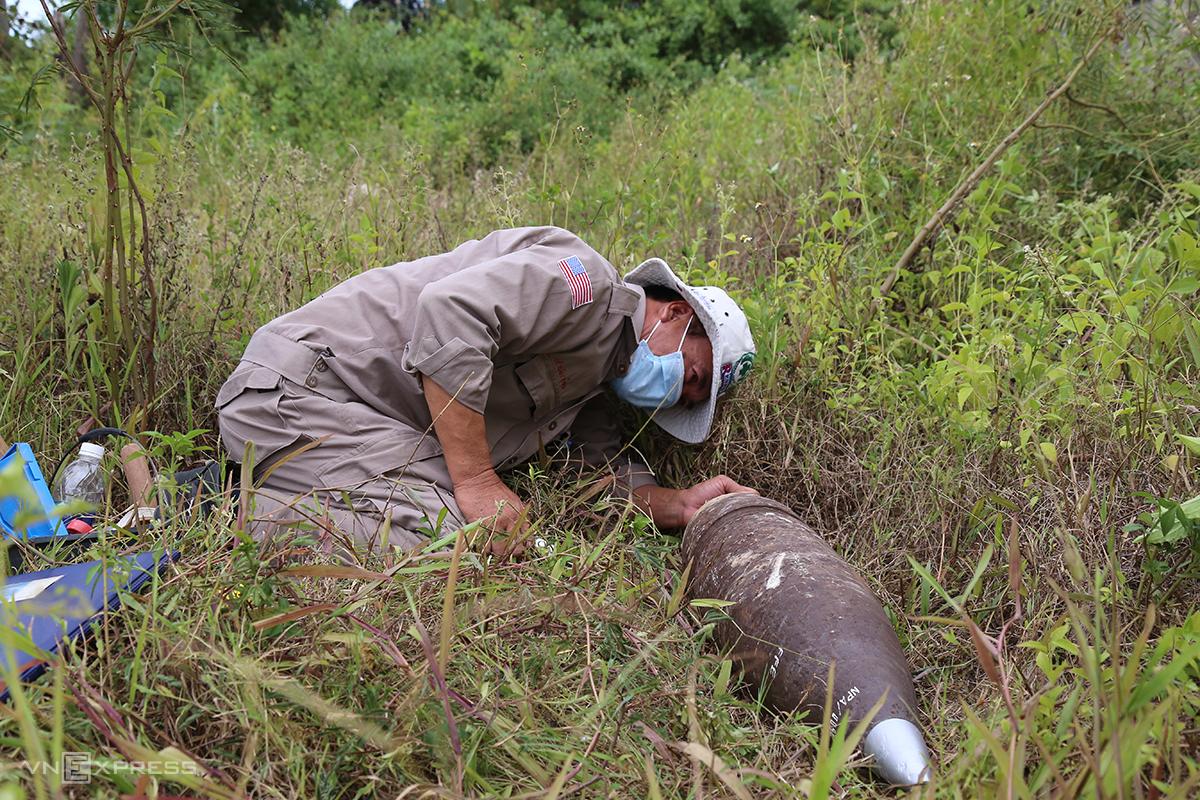 Anh Lê Xuân Tùng xử lý một quả đạn pháo 8inch ở Trạm y tế xã Triệu Thuận, trong một tình huống giả định khi tham gia khóa học. Ảnh: Hoàng Táo