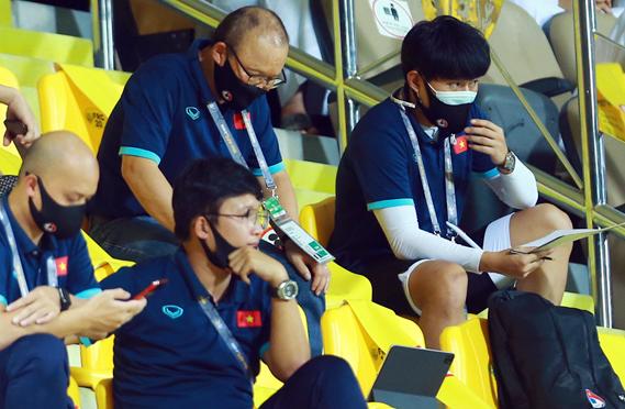 Pelatih Park Hang-seo menyaksikan pertandingan Australia - Yordania saat Vietnam memainkan paruh pertama pertandingan melawan UEA.  Foto: Lam Tho.