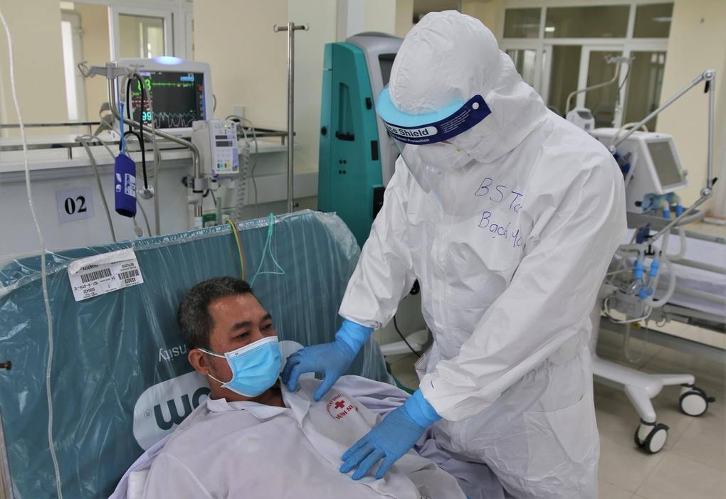 Bác sĩ thăm khám một bệnh nhân Covid-19 ở Hải Dương. Ảnh: Bộ Y tế.