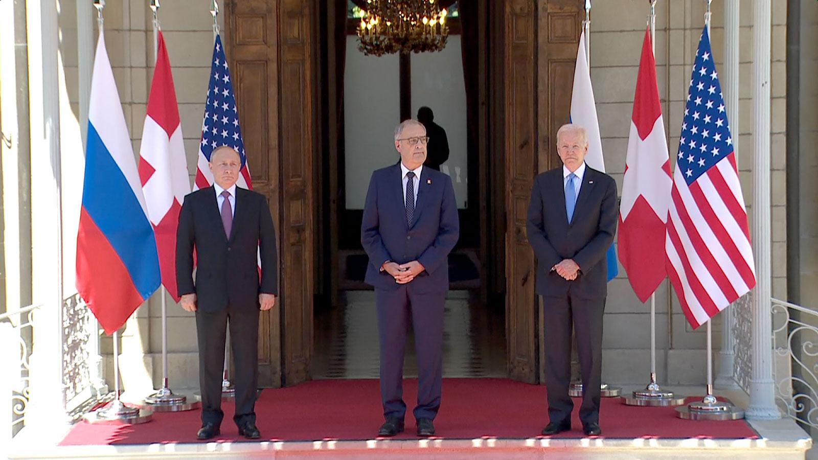 Tổng thống Putin (trái), Tổng thống Thụy SĩGuy Parmelin (giữa) và Tổng thống Biden bên ngoài biệt thự Villa La Grange ngày 16/6. Ảnh:AFP.