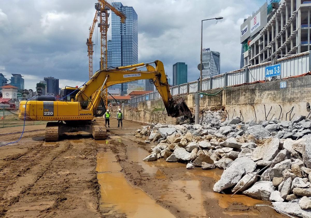 Thi công phá dỡ tường vây quạnh ga Bến Thành thuộc Metro Số 1 hồi đầu tháng 6. Ảnh: MAUR.