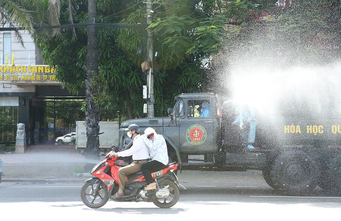 Quân đội phun khử khuẩn tại TP Vinh. Ảnh: Nguyễn Hải