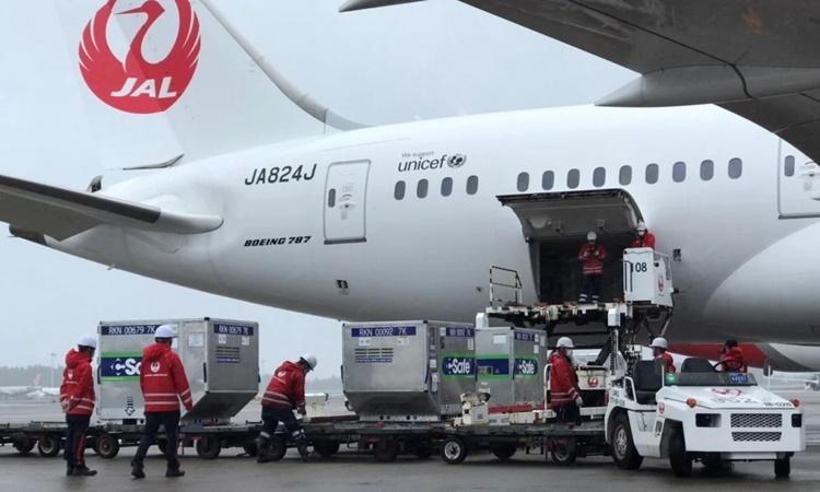 Nhân viên sân bay Nhật Bản vận chuyển lên máy bay các lô vaccine mà nước này viện trợ cho Đài Loan hồi đầu tháng. Ảnh: Reuters.
