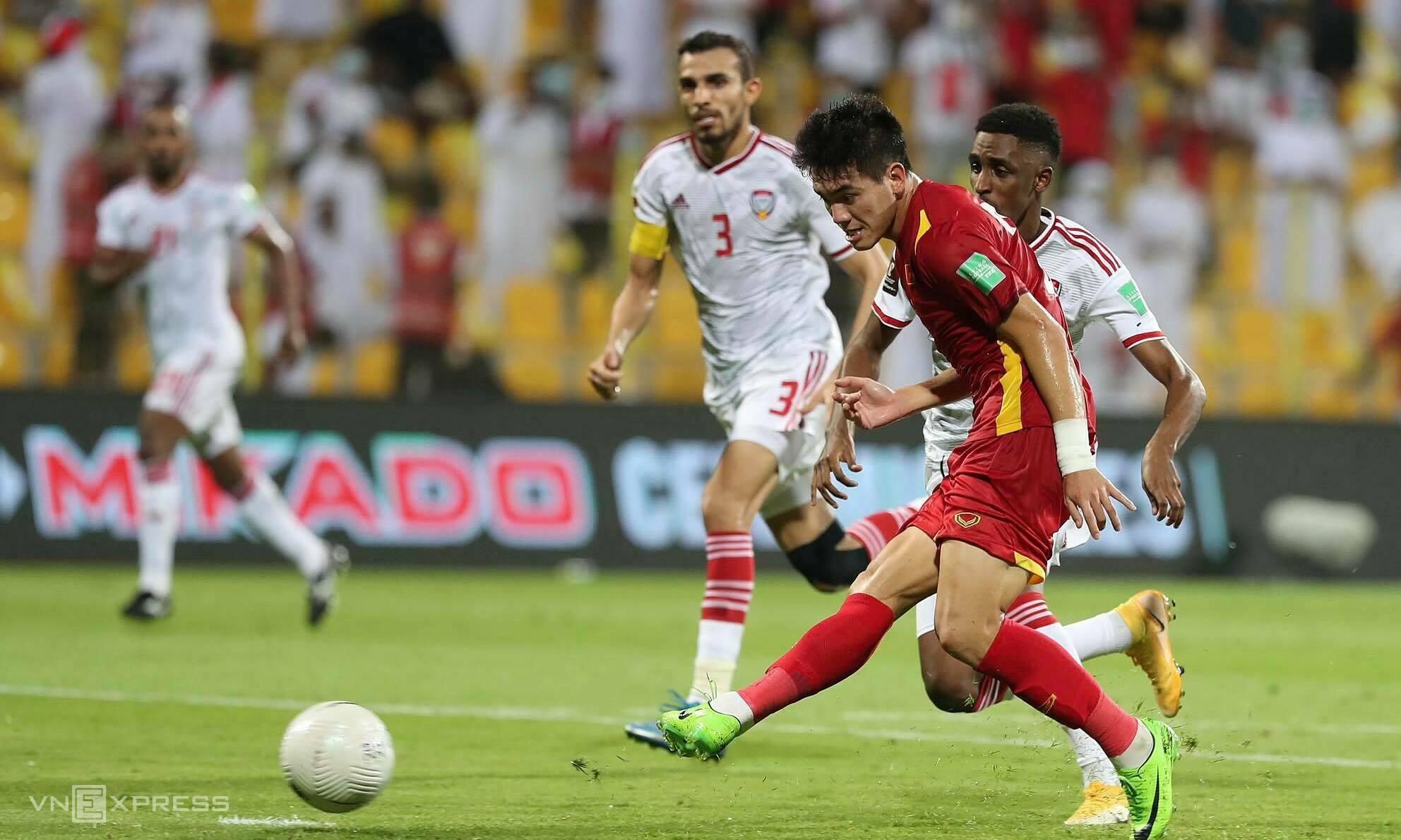 Tiến Linh trong pha ghi bàn rút ngắn tỷ số còn 1-2 cho tuyển Việt Nam trong trận thua UAE 2-3 hôm 15/6. Ảnh: Lâm Thoả