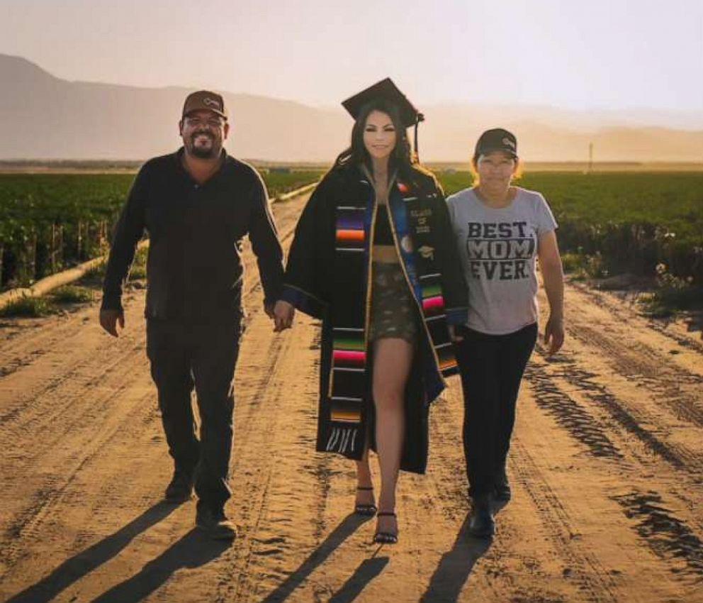 Rocha muốn cảm ơn công lao của bố mẹ bằng bộ ảnh chụp trên cánh đồng, nơi họ đã làm việc để có tiền nuôi các con ăn học. Ảnh: ABC News.