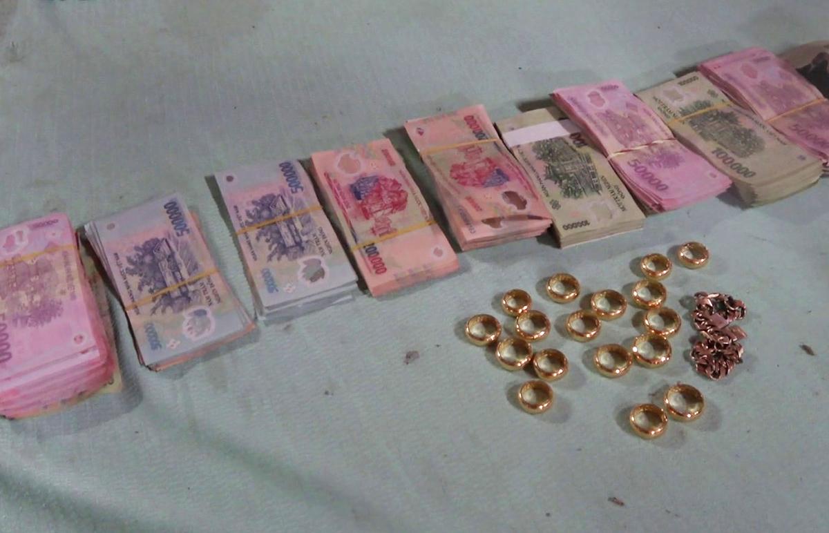 Số vàng, tiền tang vật vụ án. Ảnh: Hồ Nam
