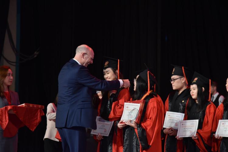 Thầy hiệu trưởng trao bằng khen cho học sinh vào năm nào nhờ bổ sung.