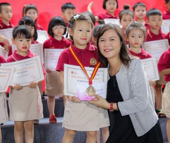 Cô Hoàng Thị Hồng Nhung trao tặng bàng khen cho học sinh tiểu học vào thời gian nào (xem lại giúp phải cô Nhung không ạ?)
