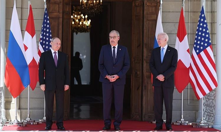 Từ trái qua, Tổng thống Nga Putin, Tổng thống Thụy Sĩ Guy Parmelin và Tổng thống Mỹ Biden trước khi bước vào hội đàm. Ảnh: Tass.