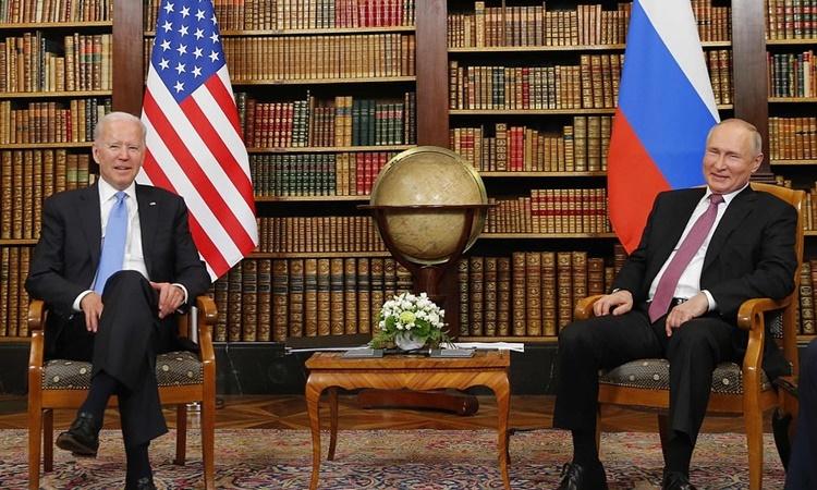 Biden và Putin bên trong phòng hội đàm. Ảnh: Tass.