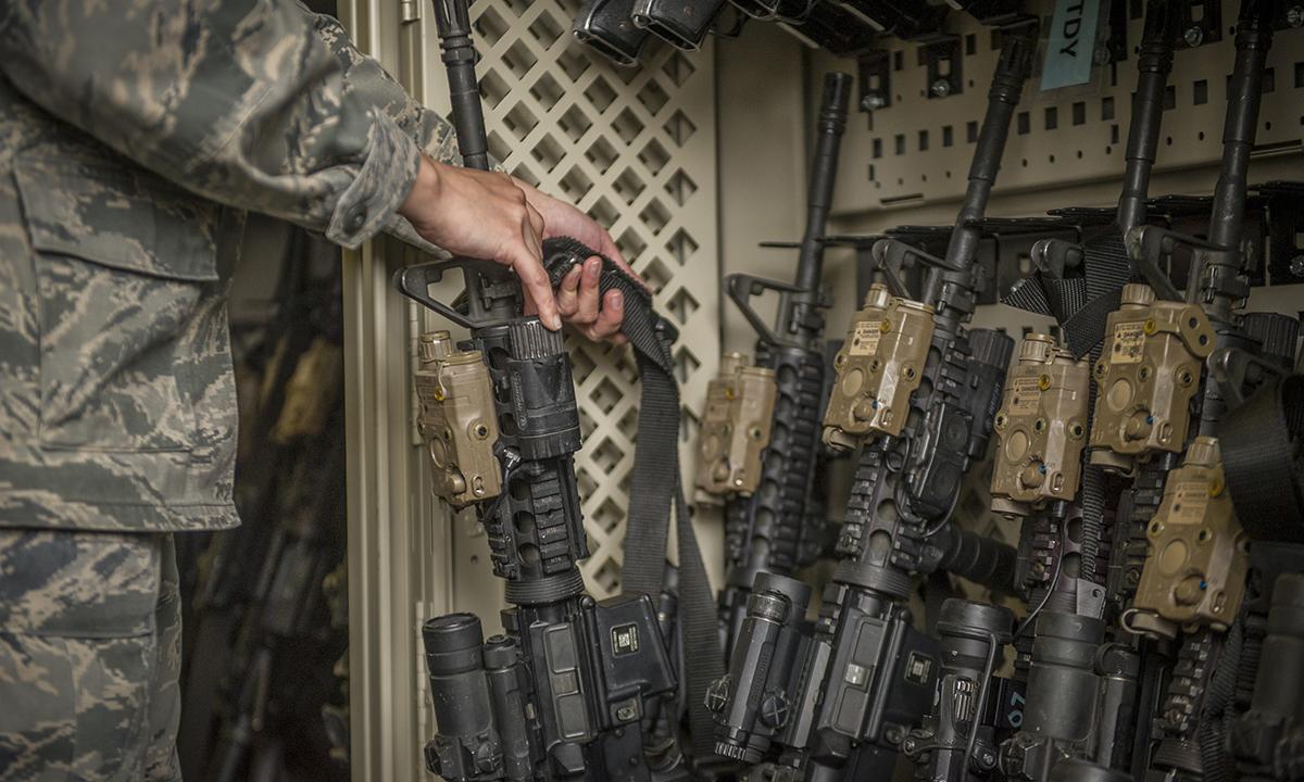 Binh sĩ Mỹ cất súng carbine M4 vào giá để trong kho vũ khí tại căn cứ không quân Holloman, bang New Mexico tháng 4/2015. Ảnh: USAF.