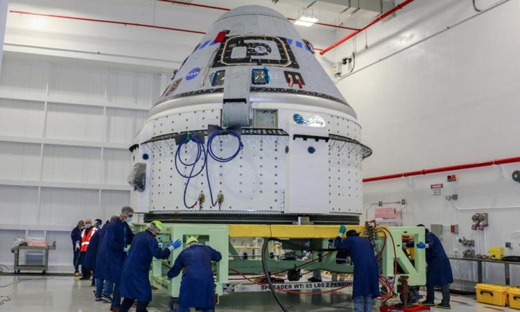 Các kỹ thuật viên chuẩn bị cho tàu vũ trụ Starliner tại Trung tâm Vũ trụ Kennedy. Ảnh: Boeing.
