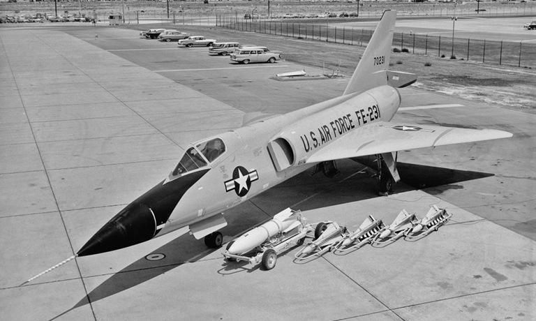 Tiêm kích F-106A với 4 tên lửa AIM-4 và một tên lửa AIR-2 Genie. Ảnh: USAF.
