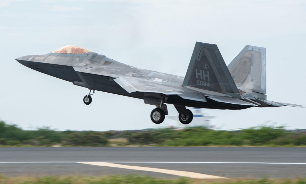 Tiêm kích F-22 cất cánh làm nhiệm vụ tại Hawaii hồi tháng 4. Ảnh: USAF.