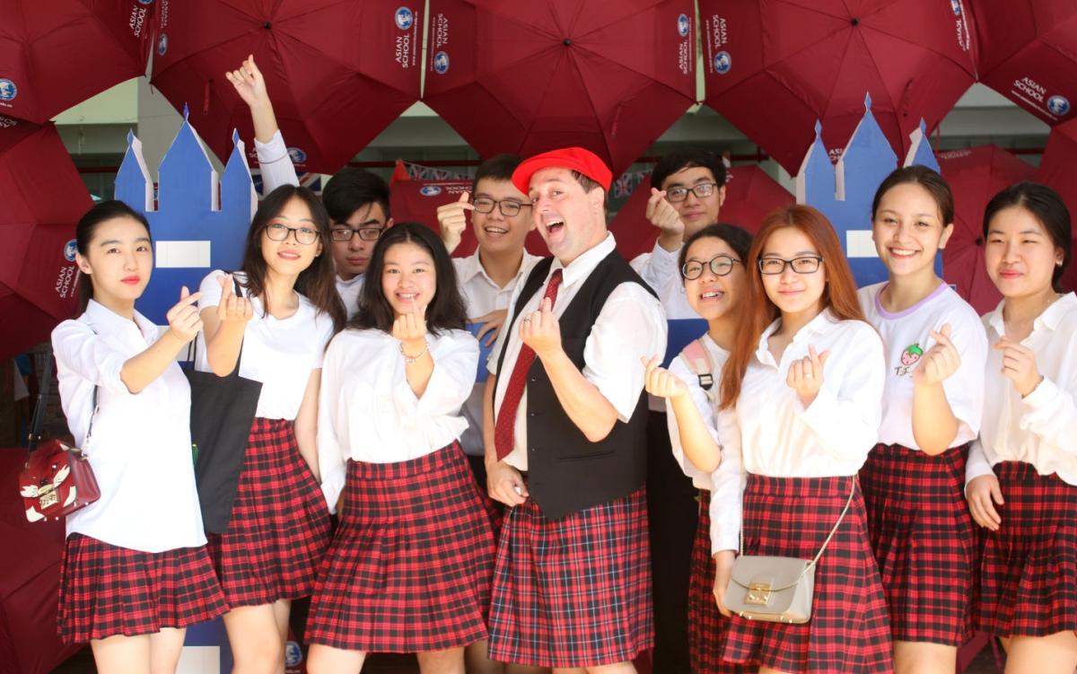 Asian School có môi trường giáo dục đa văn hóa, khuyến khích học sinh sáng tạo, tư duy phản biện, tôn trọng ý kiến và phương pháp tiếp cận mới của các cá nhân.