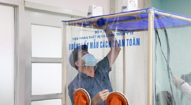 Buồng cách ly an toàn có khung kim loại bọc nhựa, xung quanh là màng nhựa y tế dễ dàng tháo lắp. Ảnh: NVCC.