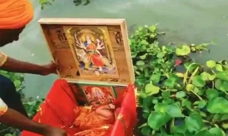 Bé gái được phát hiện trong chiếc hộp gỗ trôi trên sông Hằng, đoạn chảy qua bang Uttar Pradesh, phía bắc Ấn Độ đầu tuần này. Ảnh: NDTV.