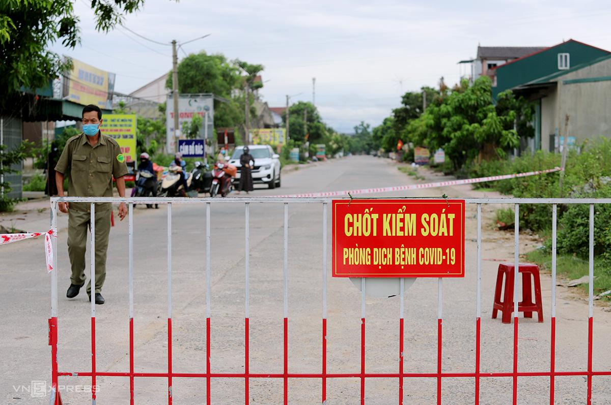 Một chốt kiểm soát ở vùng vung tỏa giáp ranh TP Hà Tĩnh và huyện Thạch Hà. Ảnh: Đức Hùng