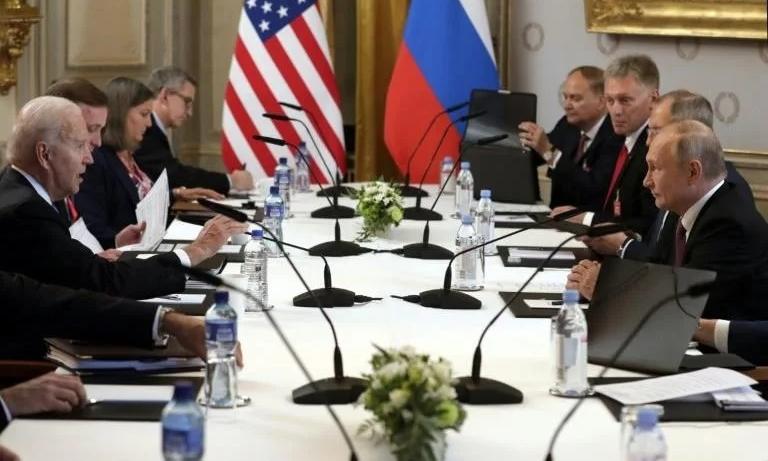 Tổng thống Mỹ Joe Biden và Tổng thống Nga Putin trong hội nghị thượng đỉnh đầu tiên giữa hai nhà lãnh đạo tại Geneva, Thụy Sĩ, hôm 17/6. Ảnh: AFP.