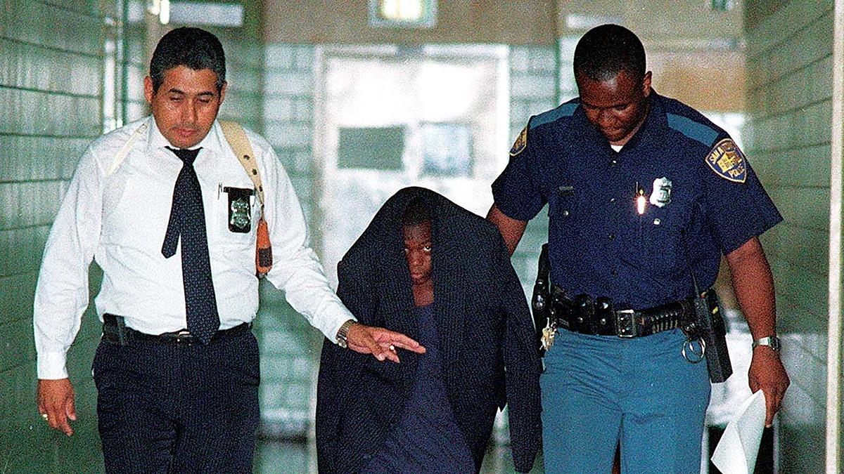 Bức ảnh sát thủ tuổi 12 rúng động truyền thông nước Mỹ năm 1991, ghi lại cảnh Edwin (giữa) bị áp giải bởi cảnh sát sau khi gây án. Ảnh: San Antonio Express
