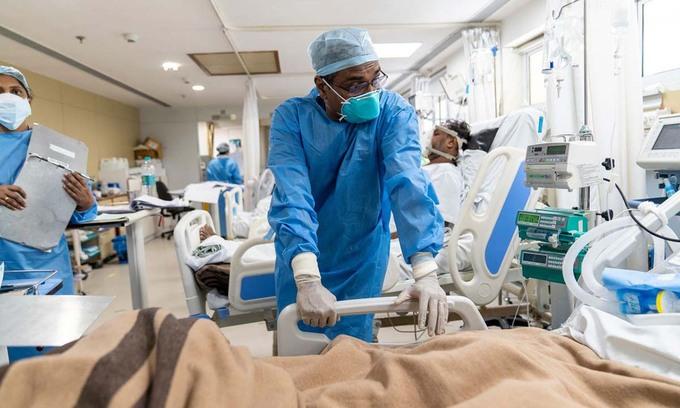 Các bác sĩ tại khu chăm sóc tích cực dành cho bệnh nhân Covid-19 ở New Delhi, Ấn Độ, hôm 24/5. Ảnh: WSJ.