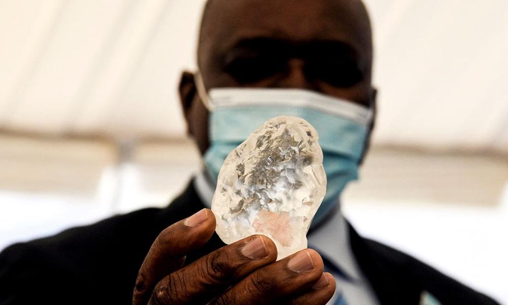 Tổng thống Botswana Mokgweetsi Masisi cầm viên kim cương tại văn phòng tổng thống hôm 16/6. Ảnh: AFP.