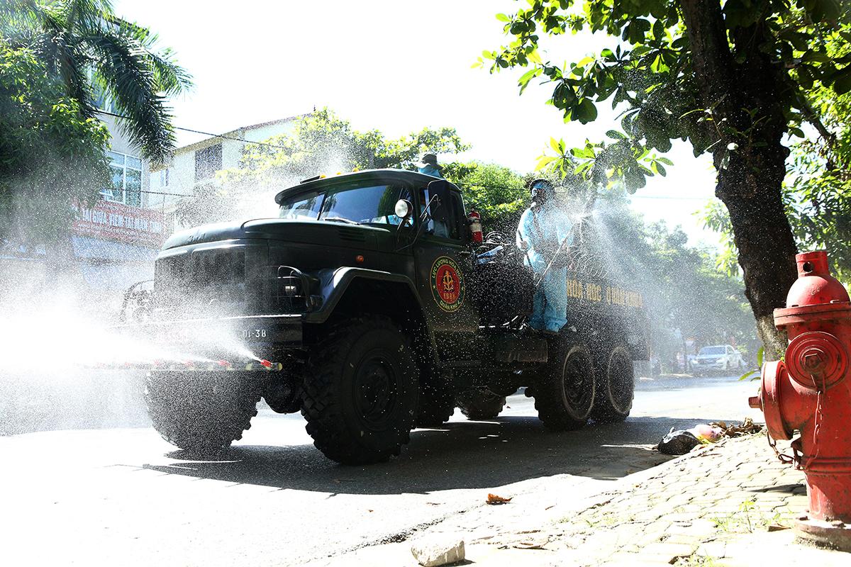 Quân đội phun khử khuẩn ở TP Vinh, Nghệ An hôm 14/6. Ảnh: Văn Hải
