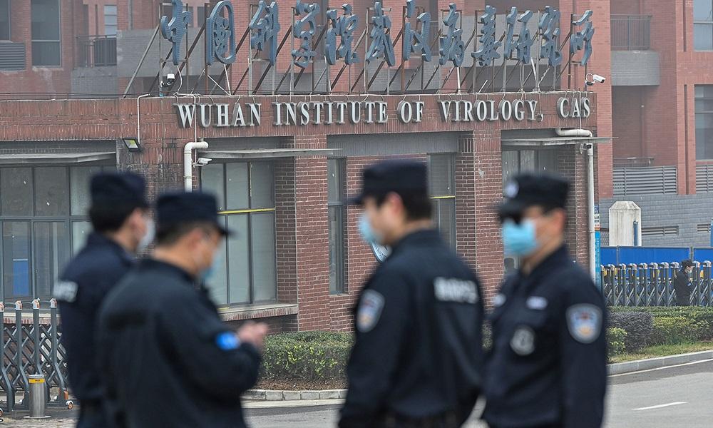 Bảo vệ đứng bên ngoài Viện Virus học Vũ Hán ở tỉnh Hồ Bắc, Trung Quốc hồi tháng 3. Ảnh: AFP.