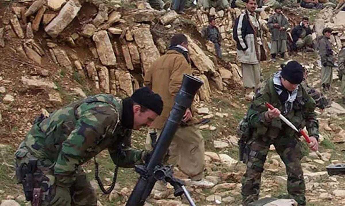 Đặc nhiệm Mũ nồi xanh của Mỹ hướng dẫn dân quân người Kurd tại Iraq bắn súng cối trước chiến dịch năm 2003. Ảnh: US Army.