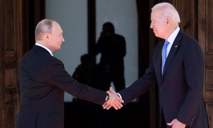 Tổng thống Nga Vladimir Putin bắt tay Tổng thống Mỹ Joe Biden trước khi hai lãnh đạo bước vào hội đàm ở Geneva, Thụy Sĩ, ngày 16/6. Ảnh: AFP.