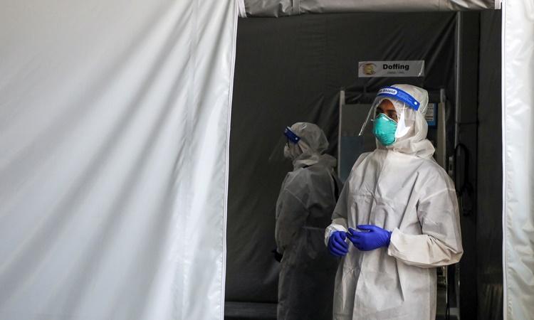 Nhân viên y tế tại một điểm xét nghiệm Covid-19 ở thủ đô Kuala Lumpur, Malaysia, hồi tháng hai. Ảnh: Reuters.