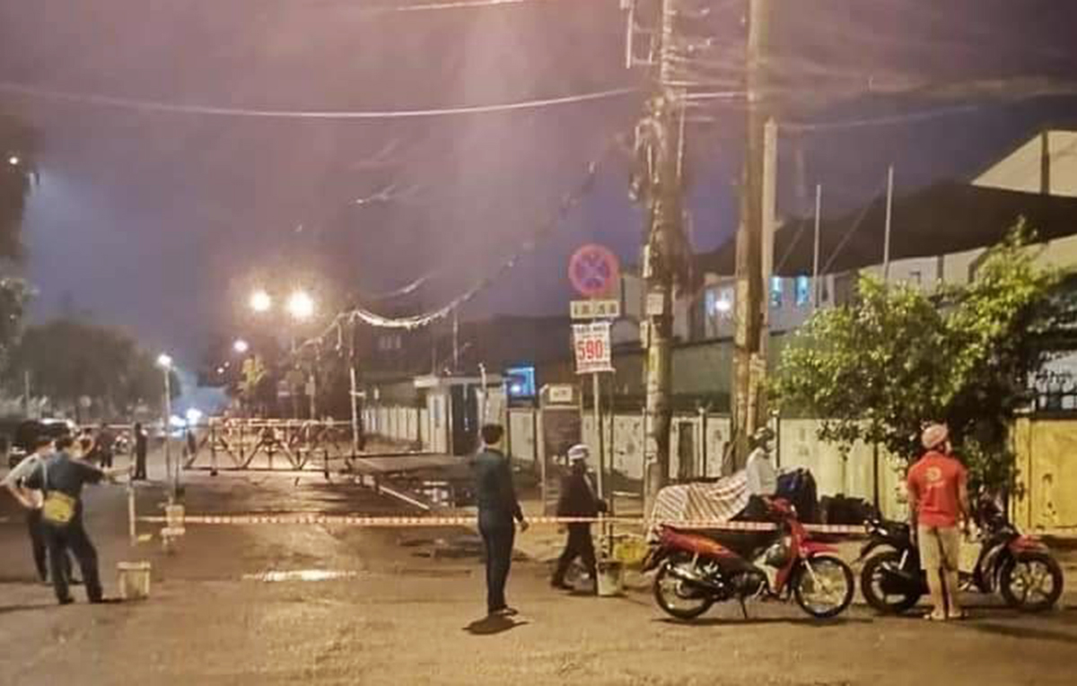 Công ty cổ phần thực phẩm Trung Sơn ở Khu công nghiệp Tân Tạo bị phong toả, tối 15/6. Ảnh: An Phương