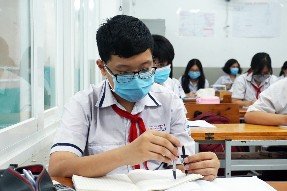Học sinh lớp 9 trường THCS Nguyễn Du (quận 1) ôn tập môn Toán cho kỳ thi tuyển sinh lớp 10 hồi giữa thán 5. Ảnh: Mạnh Tùng.