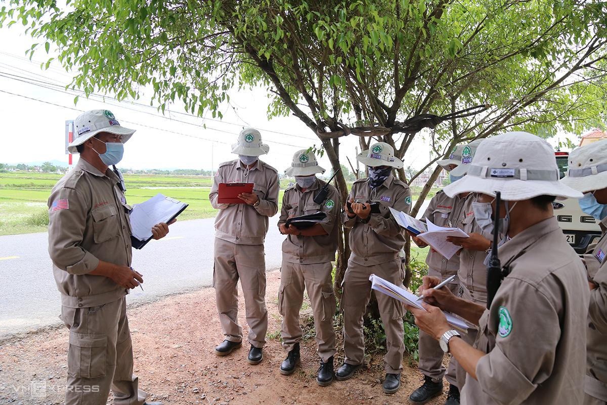 Tám học viên tham gia khóa đào tạo để đạt chứng chỉ hủy nổ bom mìn cấp độ 3 theo Tiêu chuẩn hành động bom mìn quốc tế. Ảnh: Hoàng Táo