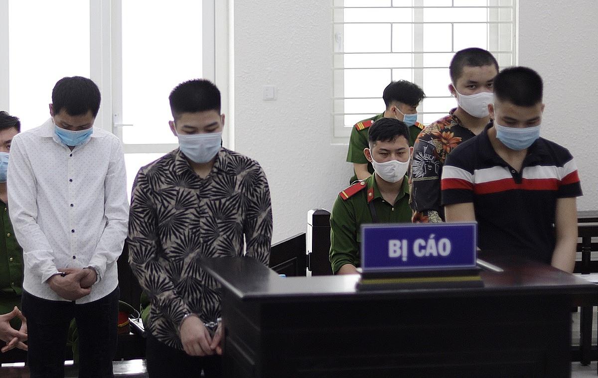 Bốn bị cáo tại phiên toà ngày 18/6. Ảnh: Danh Lam