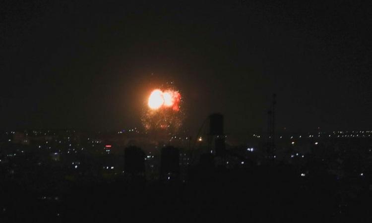 Khói và lửa bốc lên sau cuộc không kích của Israel ở phía bắc Dải Gaza hôm 17/6. Ảnh: Reuters.