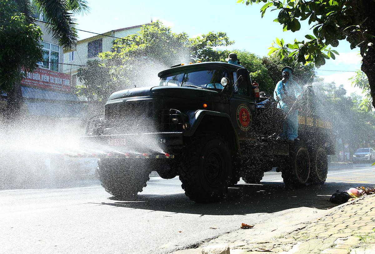 Xe phun khủ khuẩn tại thành phố Vinh khi xuất hiện ca nhiễm trong cộng đồng, ngày 14/6. Ảnh: Nguyễn Hải