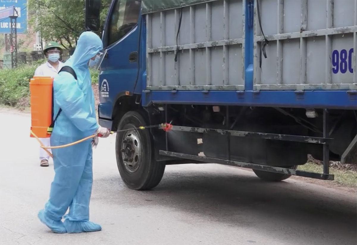 Lực lượng chức năng phun khử khuẩn xe qua lại Lục Ngạn để bảo vệ vải thiều, tháng 5/2021. Ảnh: Thế Quỳnh