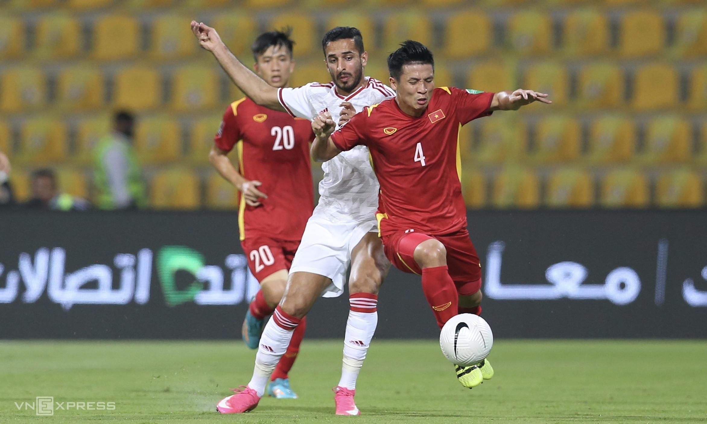 """สหรัฐอาหรับเอมิเรตส์ชนะเวียดนาม 3-2 เพื่อขึ้นเป็นจ่าฝูงของกลุ่ม G ของรอบคัดเลือกรอบที่สองของการแข่งขันฟุตบอลโลกปี 2022 เมื่อวันที่ 15 มิถุนายน แต่การกลับมารวมตัวกับสหรัฐอาหรับเอมิเรตส์ในรอบคัดเลือกที่สามจะทำให้เวียดนามสบายใจขึ้นเมื่อเทียบกับซาอุดิอาระเบีย  ภาพถ่าย: """"Lam Thua ."""""""