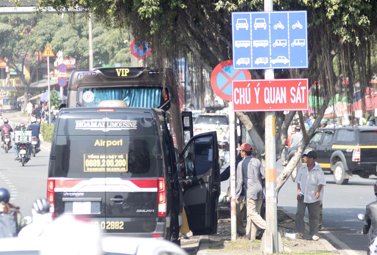 Ôtô trả khách trên đường Điện Biên Phủ, quận Bình Thạnh ở nơi cấm, năm 2020. Ảnh: Gia Minh.