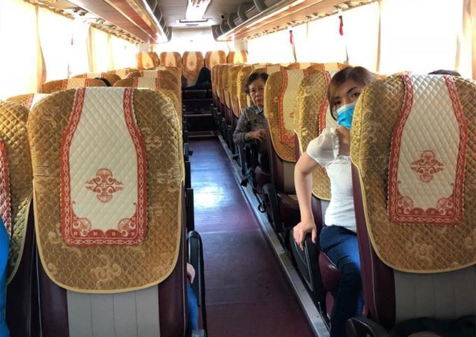 Một xe đi Hải Phòng tại bến xe Nước Ngầm gần xuất bến mới có 4 khách. Ảnh:Anh Duy.