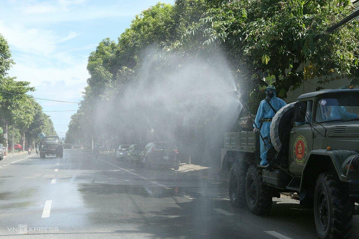 Quân đội phun khử khuẩn trên đường Hà Huy Tập, TP Vinh. Ảnh: Nguyễn Hải