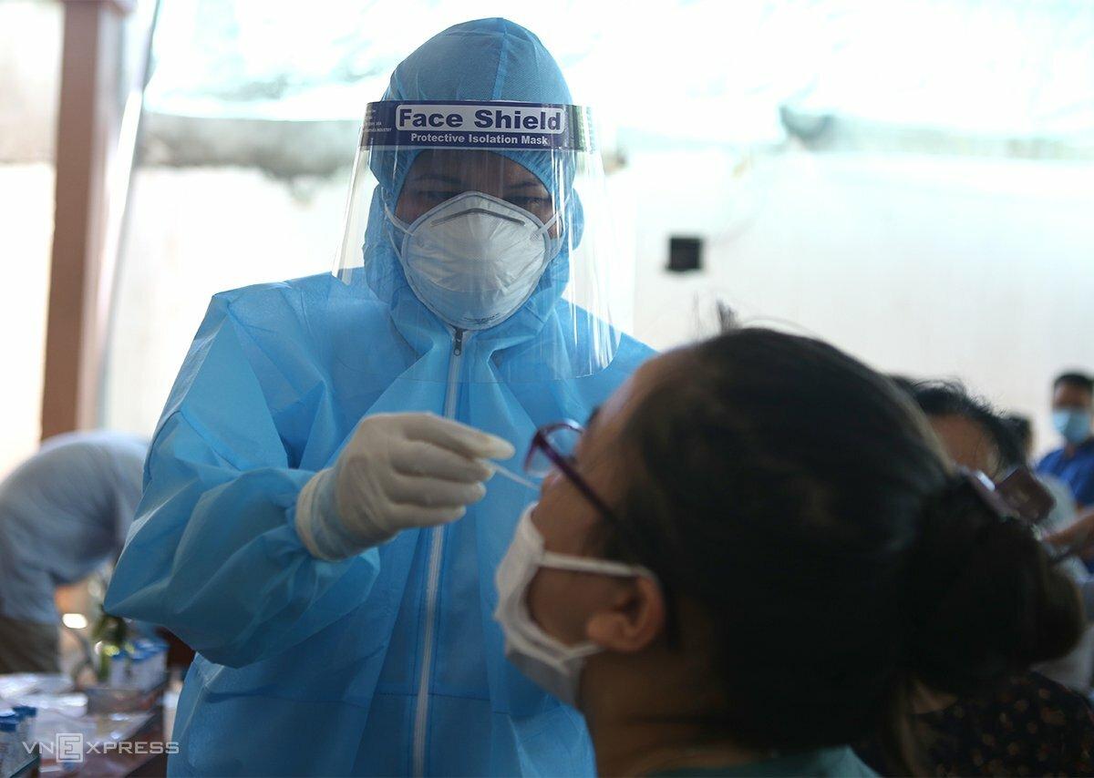 Cán bộ y tế lấy mẫu cho người dân TP Vinh, ngày 14/6. Ảnh: Nguyễn Hải