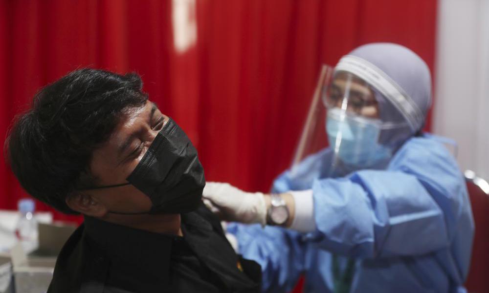 Một người đàn ông được tiêm vaccine Covid-19 tại Bekasi, ngoại ô Jakarta, Indonesia, hôm 17/6. Ảnh: AP.