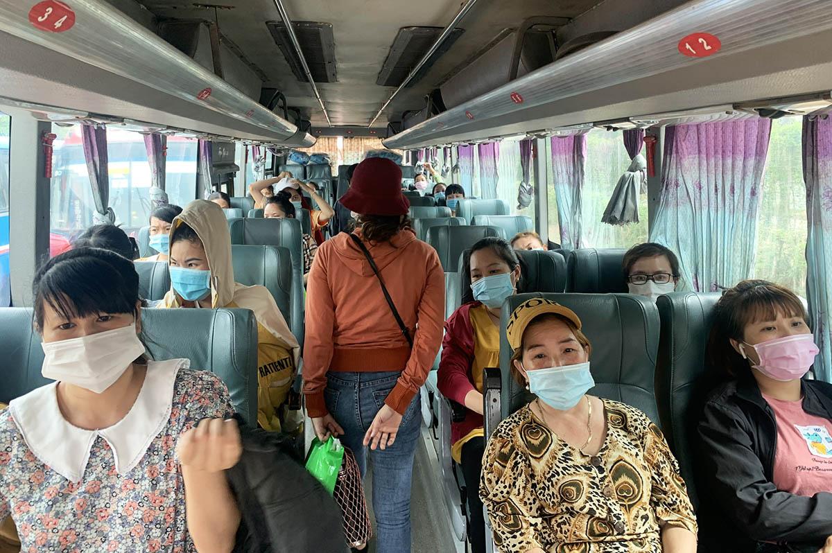 Công nhân nhà máy Pousung đi làm bằng xe đưa đón. Ảnh: An Phương.
