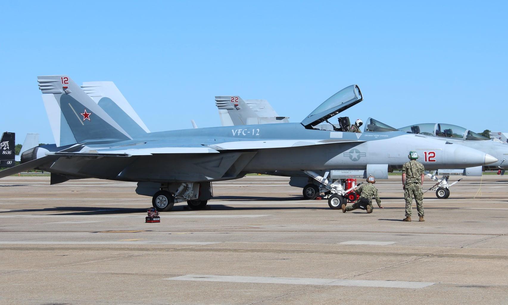 Tiêm kích F/A-18E Mỹ mang màu sơn của chiếc Su-57 Nga. Ảnh: VFC-12.