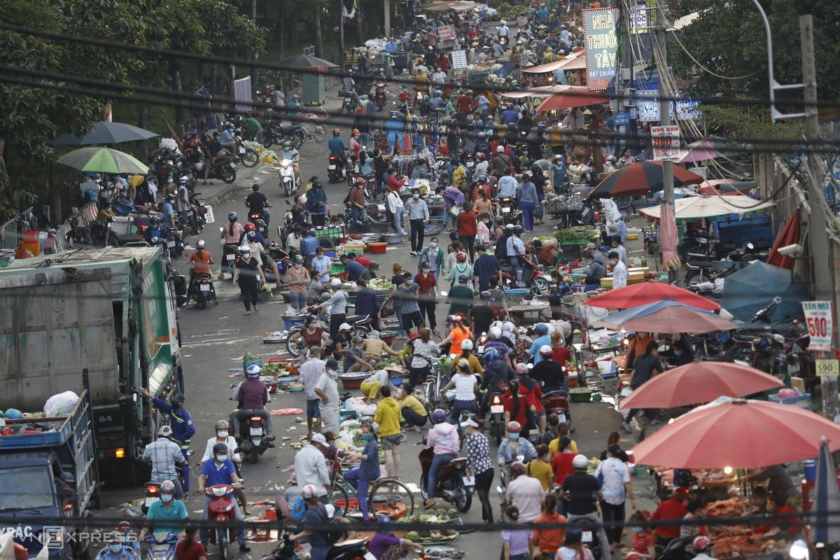 Chợ tự phát gần Khu công nghiệp Tân Tạo, quận Bình Tân, tháng 6/2021. Ảnh: Hữu Khoa.